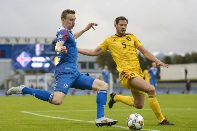 Penyerang Islandia, Jon Dadi Bodvarsson, dikawal ketat oleh bek Belgia, Jan Vertonghen, pada pertandingan UEFA Nations League di Reykjavik, 11 September 2018.