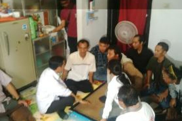 Bakal capres PDI-P Joko Widodo bersama anggota Komisi IX Rieke Dyah Pitaloka menjenguk Abdullah, buruh, yang menderita sakit pinggang, di Rorotan, Jakarta Utara, Kamis (1/5/2014).