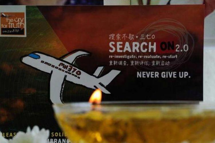 Lilin dinyalakan saat acara doa bersama kepada korban hilangnya pesawat Malaysia Airlines MH370, di Petaling Jaya, Malaysia, 8 Maret 2016.