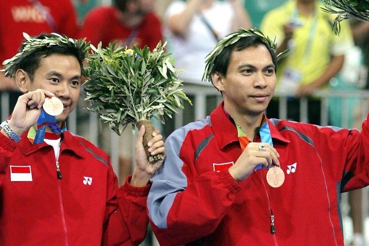 Flandy Limpele (kanan) saat masih aktif bermain bersama tandemnya. Eng Hian. Keduanya medali perunggu yang mereka dapatkan pada Olimpiade Athena 2004 di Goudi Olympic Hall, Athena, 20 Agustus 2004. Dalam perebutan medali perunggu, Flandi/Eng Hian mengalahkan Jens Eriksen/Martin Lundgaard (Denmark), 15-13, 15-7.