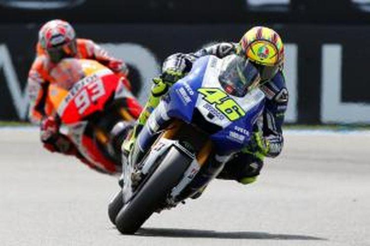 Pebalap Italia, Valentino Rossi, membalap di depan Marc Marquez dari Spanyol, pada balapan GP Belanda di Sirkuit Assen, Sabtu (29/6/2013).