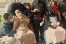 Isak Tangis Keluarga Sambut Jenazah Agus Minarni di Bandara Supadio Pontianak