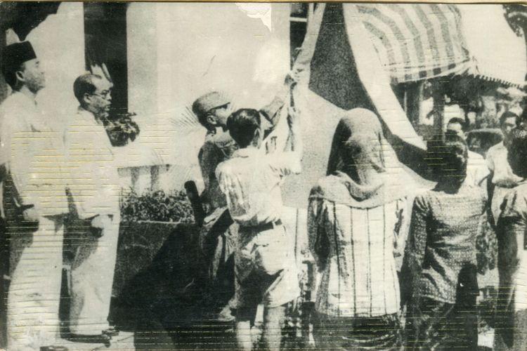 Latief Hendraningrat, Bendera Pusaka, dan Tiang Jemuran