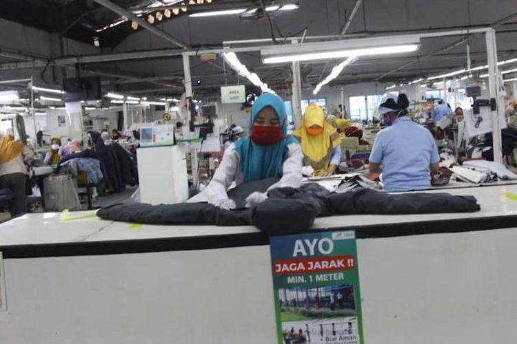 Para pekerja PT Pan Brothers membuat masker, ada juga alat pelindung diri, hazardous material atau hazmat buat dokter dan perawat yang menangani pasien Covid-19