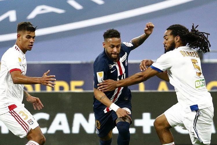 Bintang Paris Saint-Germain, Neymar, berduel dengan dua pemain Lyon pada final Piala Liga Perancis di Stadion Stade de France, Sabtu (1/8/2020) dini hari WIB.