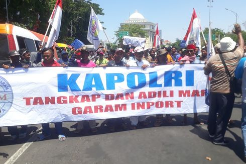 Bawa 3 Truk Garam, Petani Madura Demo Kantor Gubernur Jawa Timur