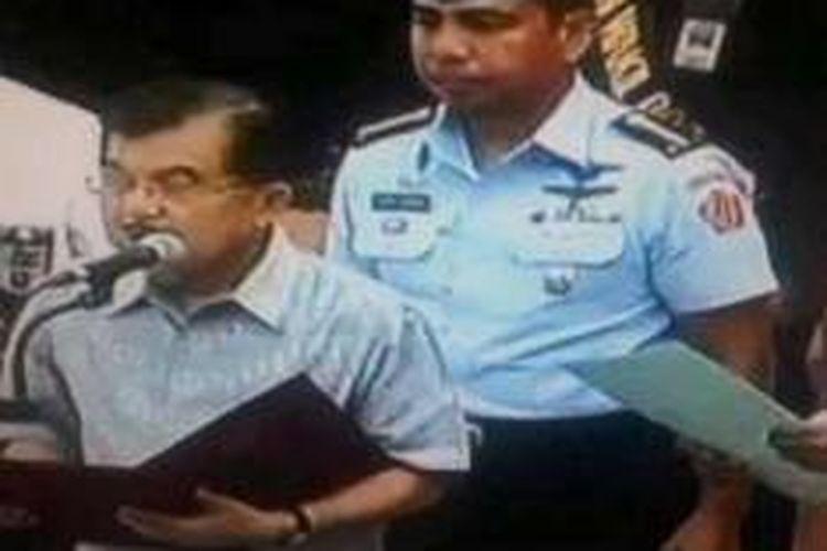 Kolonel penerbang, Jhon Amarul saat mengawal Wapres terpilih Jusuf Kalla saat gladi pelantikan presiden dan wakil presiden VII RI di gedung MPR RI.