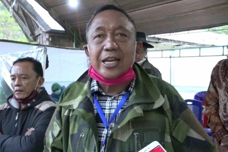 Ketua Satgas covid-19 yang juga Bupati Toraja Utara, Kalatiku Paembonan  saat memantau posko penanganan Covid-19, Bupati memberlakukan pemeriksaan KTP, Rabu (29/04/2020)