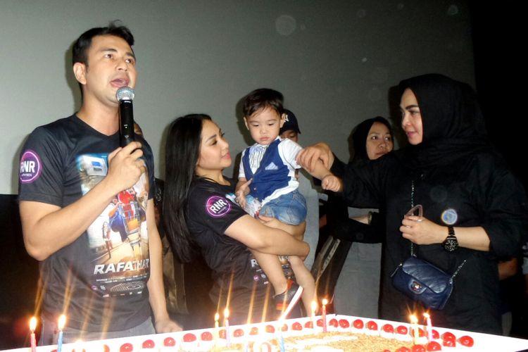 Rafathar Malik Ahmad bersama kedua orangtuanya, artis peran Nagita Slavina dan pembawa acara Raffi Ahmad serta sang nenek Mama Rieta saat prosesi tiup lilin di Setiabudi One, Kuningan, Jakarta Selatan, Selasa (15/8/2017).