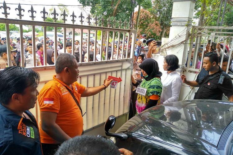 Tersangka ZH membukakan pintu gerbang setelah mayat Jamaludin dimasukkan ke dalam mobil Toyota Prado milik korban. Selanjutnya JP dan RF membawanya ke Kutalimbaru, Deli Serdang untuk dibuang di pinggir jurang kebun sawit.