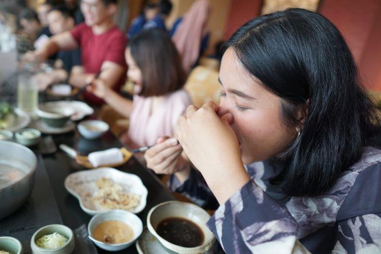Menutup hidung, lalu memasukkan wagyu ke mulut dan mengunyahnya 2-3 kali, sebelum melepas jari dari hidung, akan membuat aroma wagyu yang khas terasa lebih jelas. Aroma ini tak dimiliki oleh daging jenis lain. Penjelasan ini diberikan dalam acara jamuan santap siang dengan menu wagyu Omi Hime di Restoran Kahyangan, Jakarta, Kamis (5/9/2019).