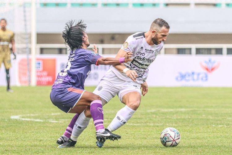 Striker Bali United, Ilija Spasojevic, tengah berduel dengan pemain Persita Tangerang pada pekan keempat Liga 1.