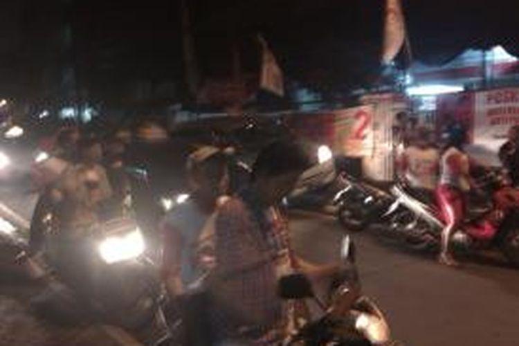 Suasana kader Repdem saat akan mendatangi kantor TV One, Rabu , (2/7/2014). Mereka berkumpul di kantor Repdem di jalan Cikini 1 , Jakarta Pusat