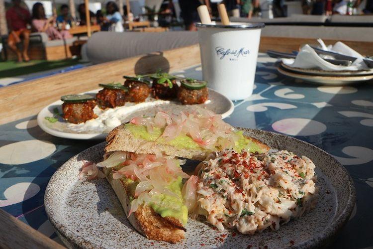 Salah satu hidangan di Cave Del Mar crab, avocado, pamelo, sourdough, toast.