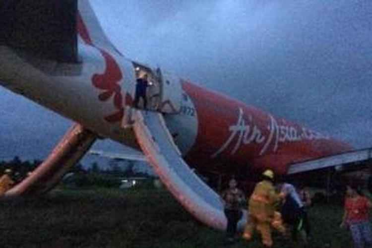 Pesawat AirAsia tergelincir melampaui landasan di Bandara Internasional Kalibo, dekat Boracay, Selasa (30/12/2014) sore. Foto: Twitter/@Jetdsantos
