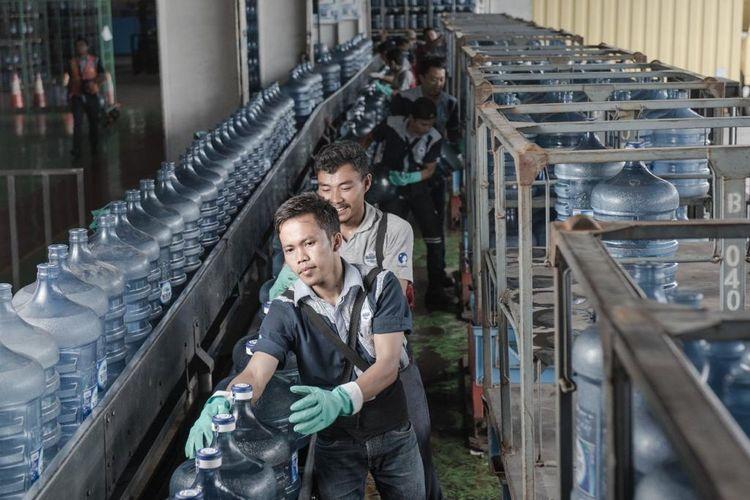 Pekerja di pabrik Aqua.