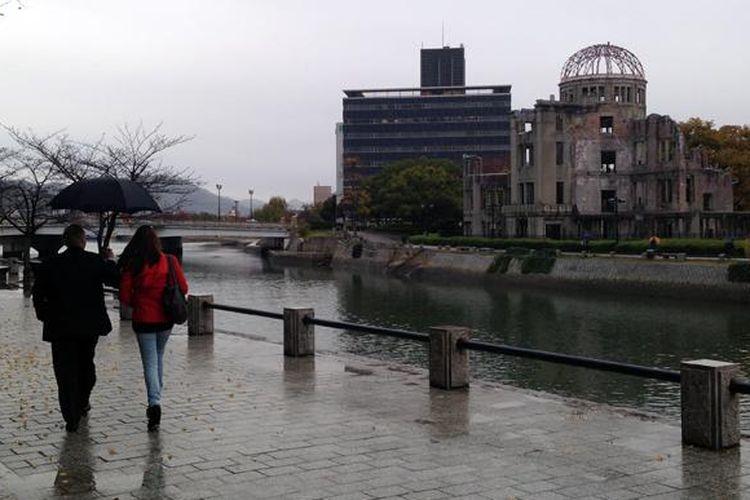 Gedung Balai Industrial Hiroshima atau Kubah Bom Atom Hiroshima dibiarkan dalam bentuk aslinya berupa reruntuhan. Gedung bergaya Eropa yang paling megah pada zamannya ini terletak 160 meter dari hiposentrum.