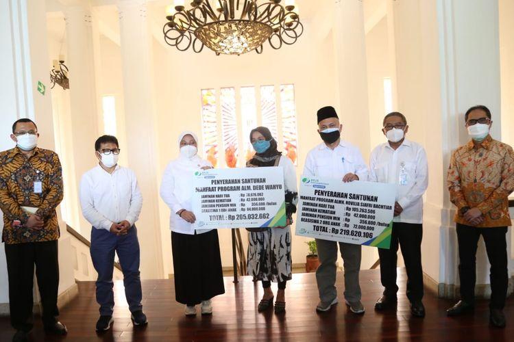 Menaker Ida Fauziyah juga menyerahkan manfaat Jaminan Kematian (JKM) kepada penerima manfaat dari PT Bio Farma (Persero) atas nama Novilia Sjafri Bachtiar dan Dede Wahyu saat meninjau meninjau PT Bio Farma (Persero) di Bandung, Jawa Barat, Rabu (14/7/2021).