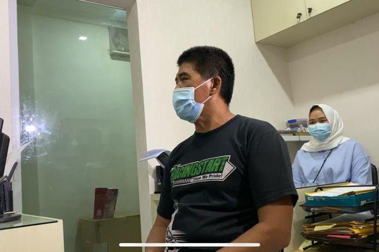 Pelaku pencabulan anak di RPTRA Meruya Utara berinisial ML (49) sedang berada di Polsek Kembangan pada Rabu (18/11/2020).