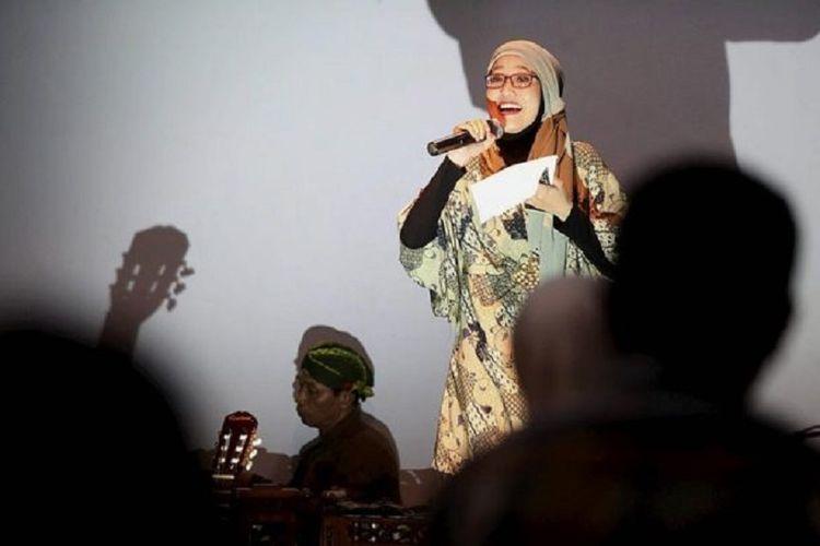 Sajak Selasa Bentara Budaya Sejumlah anggota komunitas Bentara Muda membawakan sajak dan musikalisasi sajak pada acara program Sajak Selasa di Bentara Budaya Jakarta, Selasa (27/2). Program ini merupakan apresiasi sastra khususnya bagi penikmat sajak dengan berkolaborasi dengan musik akustik dan gamelan karawitan.  Kompas/Riza Fathoni (RZF) 27-02-2018