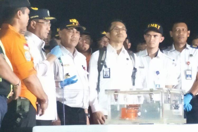 Flight Data Recorder (FDR) sebagai salah satu bagian dari black box atau kotak hitam pesawat Lion Air JT 610 yang jatuh di perairan Tanjung Karawang, Jawa Barat, Senin (29/10/2018) lalu, tiba di JICT 2, Pelabuhan Tanjung Priok, Jakarta Utara, Kamis ini sekitar pukul 18.10 WIB.