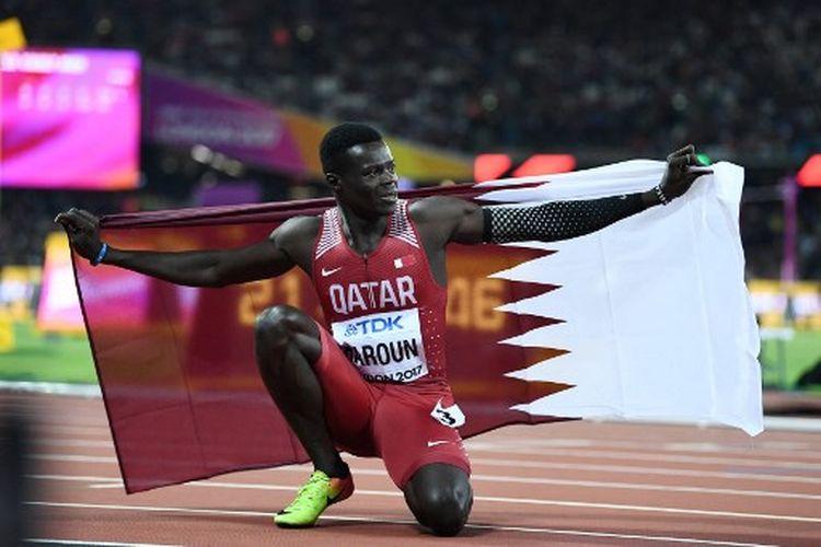 Sprinter Qatar, Abdalelah Haroun, melakukan selebrasi setelah berhasil menempati peringkat ketiga lari 400m  IAAF World Championships 2017.