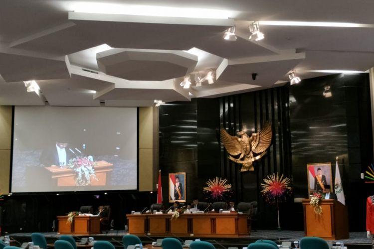 Rapat paripurna pengesahan tiga peraturan daerah (perda) tentang kenaikan modal dasar tiga BUMD DKI Jakarta di Gedung DPRD DKI Jakarta, Jalan Kebon Sirih, Jakarta Pusat, Kamis (27/12/2018).