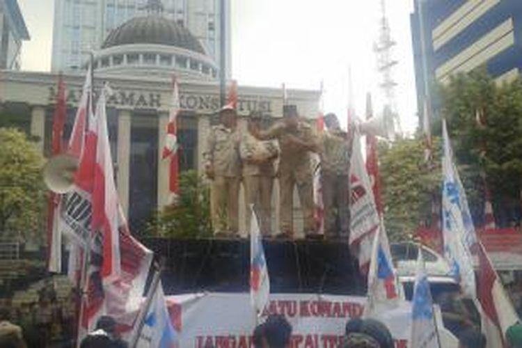 Seorang pendukung dari Gardu Prabowo, Akbar Husein, saat berorasi di depan Gedung Mahkamah Konstitusi, Jalan Medan Merdeka Barat, Jakarta Pusat, Jumat (15/8/2014).