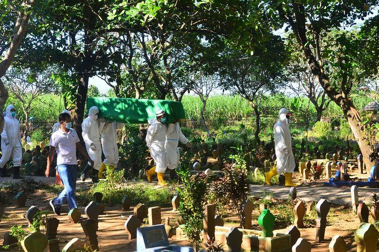 Tim Gugus Tugas Pencegahan dan Pengendalian COVID-19 mengusung jenazah pasien positif COVID-19 di Tempat Pemakaman Umum (TPU) Desa Bakalankrapyak, Kudus, Jawa Tengah, Kamis (27/5/2021). ANTARA FOTO/Yusuf Nugroho/aww.