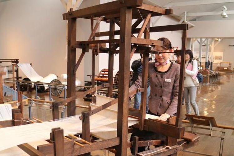 Seorang pemandu sedang menunjukkan cara pengoperasian mesin tenun dari kayu di museum Toyota, Prefektur Aichi, Jepang, Sabtu (11/2/2107).