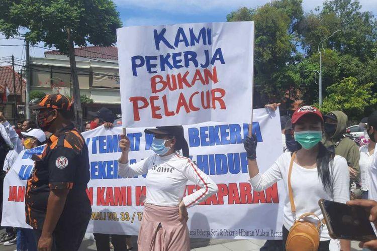 Pekerja hiburan malam demo balai kota Surabaya, Senin (3/8/2020).