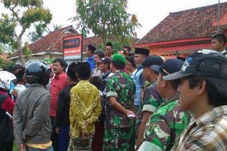 Warga Desa Klompang Timur, Kecamatan Pakong, menggelar unjuk rasa ke kantor PT. Pos karena penerima BLSM tidak tepat sasaran, Selasa (16/7/2013).
