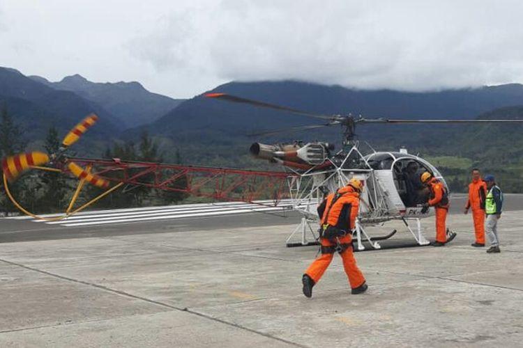 Tim SAR tengah bersiap menaikai helikopter untuk melakukan evakuasi, Selasa (24/9/2019).