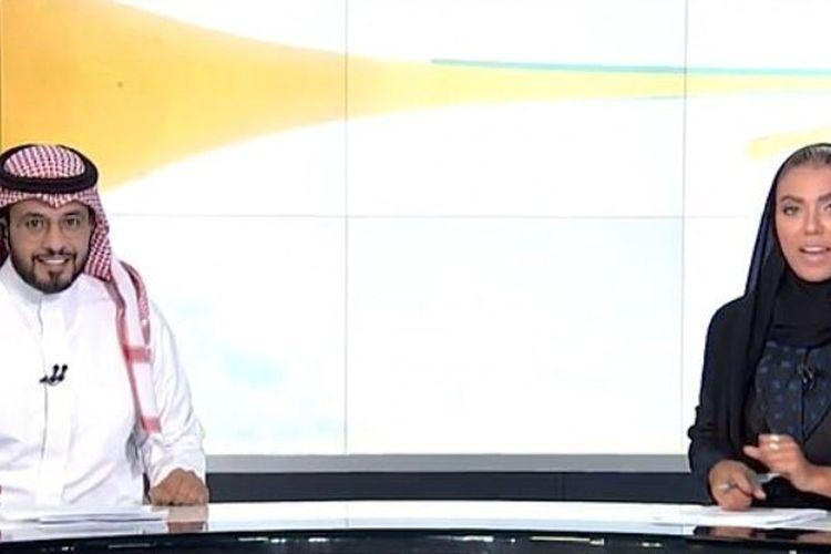 Weam Al Dakheel (kanan) mencetak sejarah dengan membawakan acara berita pukul 21.30 di stasiun TV Al Saudiya, Kamis (20/9/2018). (Twitter/saudiatv)