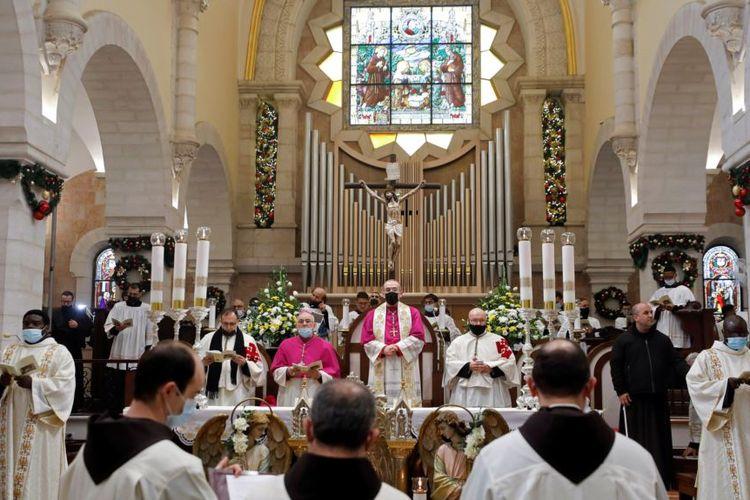 Misa di Gereja Kelahiran pada malam Natal di Bethlehem, di Tepi Barat yang dikuasai oleh Israel, Kamis, 24 Desember 2020.