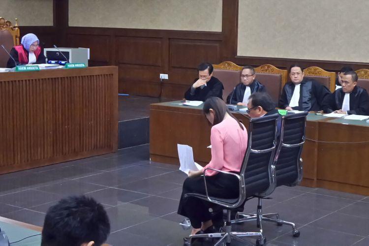 Pengusaha impor daging Basuki Hariman dan Ng Fenny saat membacakan pleidoi di Pengadilan Tipikor Jakarta, Senin (7/8/2017).