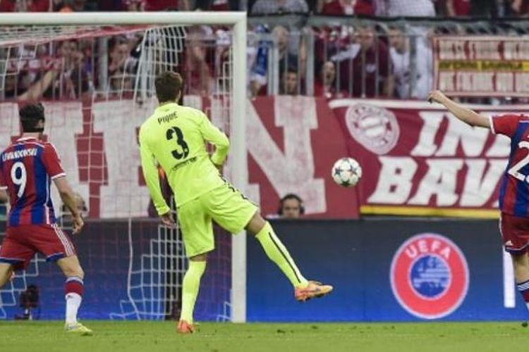 Gelandang Bayern Muenchen, Thomas Mueller (nomor 25), mencetak gol kemenangan timnya atas Barcelona pada semifinal Liga Champions di Stadion Allianz Arena, Muenchen, Selasa (12/5/2015).