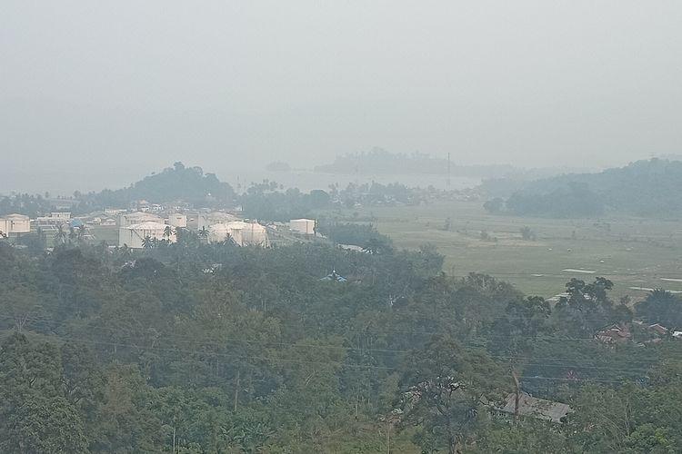 Kondisi udara di Sumbar sudah masuk level berbahaya. Terlihat kondisi udara kota Padang di Bukit Lampu, Padang, Senin (23/9/2019)