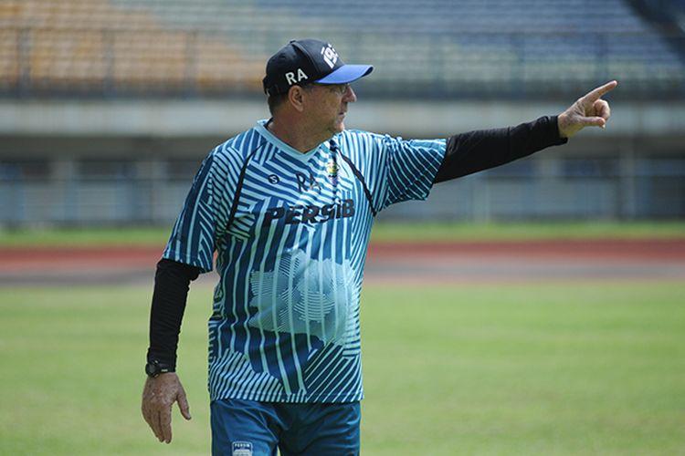 Pelatih Persib Bandung, Robert Rene Alberts, saat memimpin sesi latihan timnya di Stadion Gelora Bandung Lautan Api (GBLA), Kamis (18/03/2021).