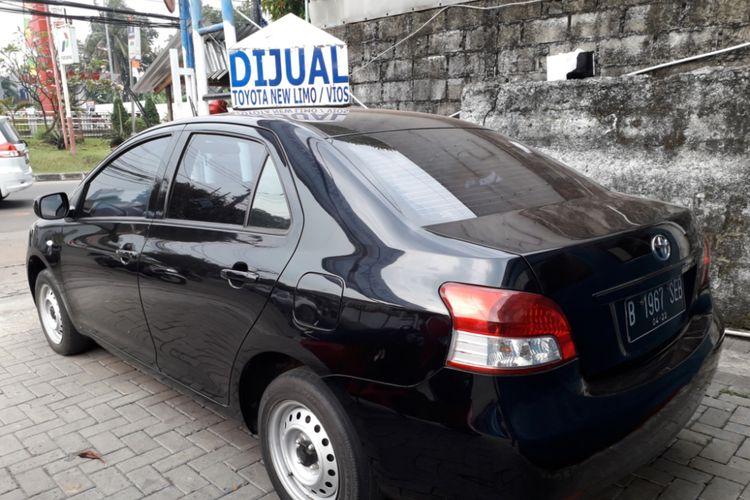 Salah satu unit Toyota Limo eks taksi Blue Bird siap jual yang dipajang di pool Blue Bird di Depok, Jumat (29/6/2018).