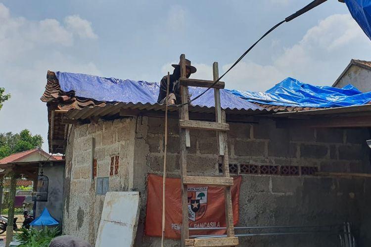 Atap rumah warga Duren Seribu, Bojongsari, Depok, kini diganti dengan terpal karena sapuan angin puting beliung kemarin, Kamis (18/3/2021).
