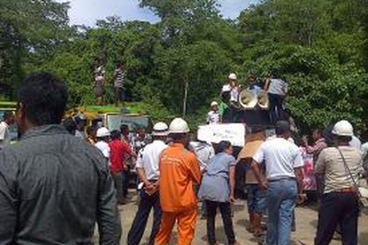 Puluhan sopir truk mendatangi depot pertamina Kendari, menyusul langkanya solar pada setiap SPBU setempat