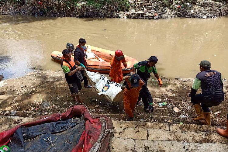 Sesosok mayat laki-laki bernama Ati (60) ditemukan mengambang di aliran Sungai Ciliwung tepatnya di Jalan Kemuning Raya, Pejaten Timur, Pasar Minggu, Jakarta Selatan pada Senin (4/1/2021) pagi.