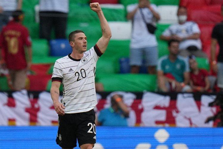 Bek Jerman Robin Gosens merayakan mencetak gol keempat mereka selama pertandingan sepak bola Grup F UEFA EURO 2020 antara Portugal dan Jerman di Allianz Arena di Munich pada 19 Juni 2021.