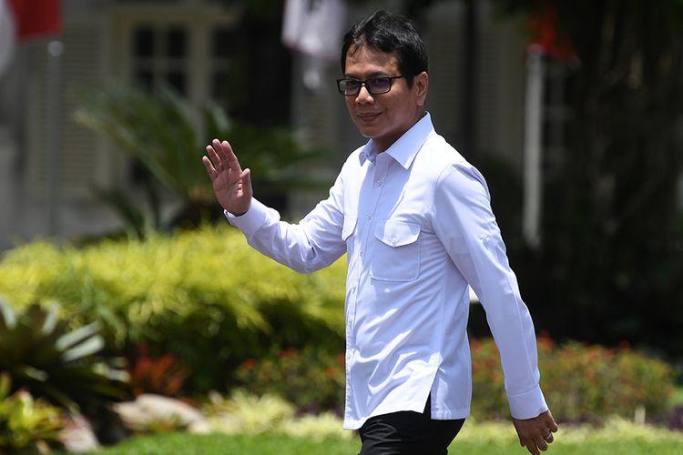 Pendiri NET TV Wishnutama melambaikan tangannya saat berjalan memasuki Kompleks Istana Kepresidenan, Jakarta, Senin (21/10/2019). Menurut rencana Presiden Joko Widodo akan memperkenalkan jajaran kabinet barunya kepada publik hari ini usai dilantik Minggu (20/10/2019) kemarin untuk masa jabatan keduanya periode tahun 2019-2024 bersama Wapres Maruf Amin.