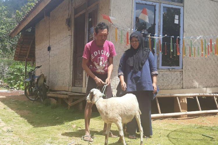 Yeni bersama suami menerima kembali domba yang sempat ditukarnya dengan meteran listrik.