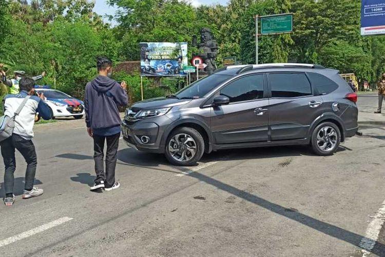 PUTAR BALIK—Satlantas Polres Ponorogo memutar balik puluhan kendaraan di perbatasan Ponorogo-Wonogiri, Rabu (5/5/2021).