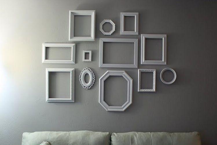 Campuran bingkai foto kosong dinding rumah.