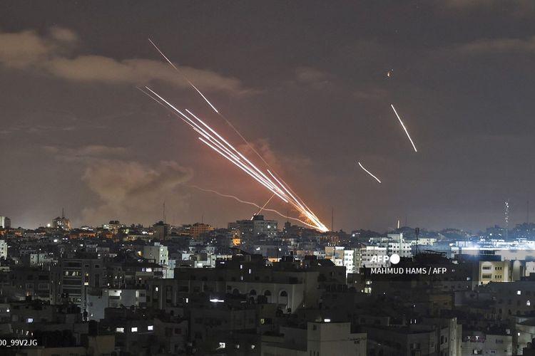 Pemandangan ketika roket diluncurkan ke arah Israel dari Gaza City, yang dikontrol faksi Hamas, pada 12 Mei 2021, di tengah intensnya pertikaian dua kubu selama tujuh tahun terakhir.