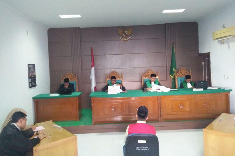 Terdakwa ustaz pesantren MY, dalam kasus pencabulan santri di Aceh Utara, di Mahkamah Syariah Lhokseumawe, Kamis (30/1/2020).